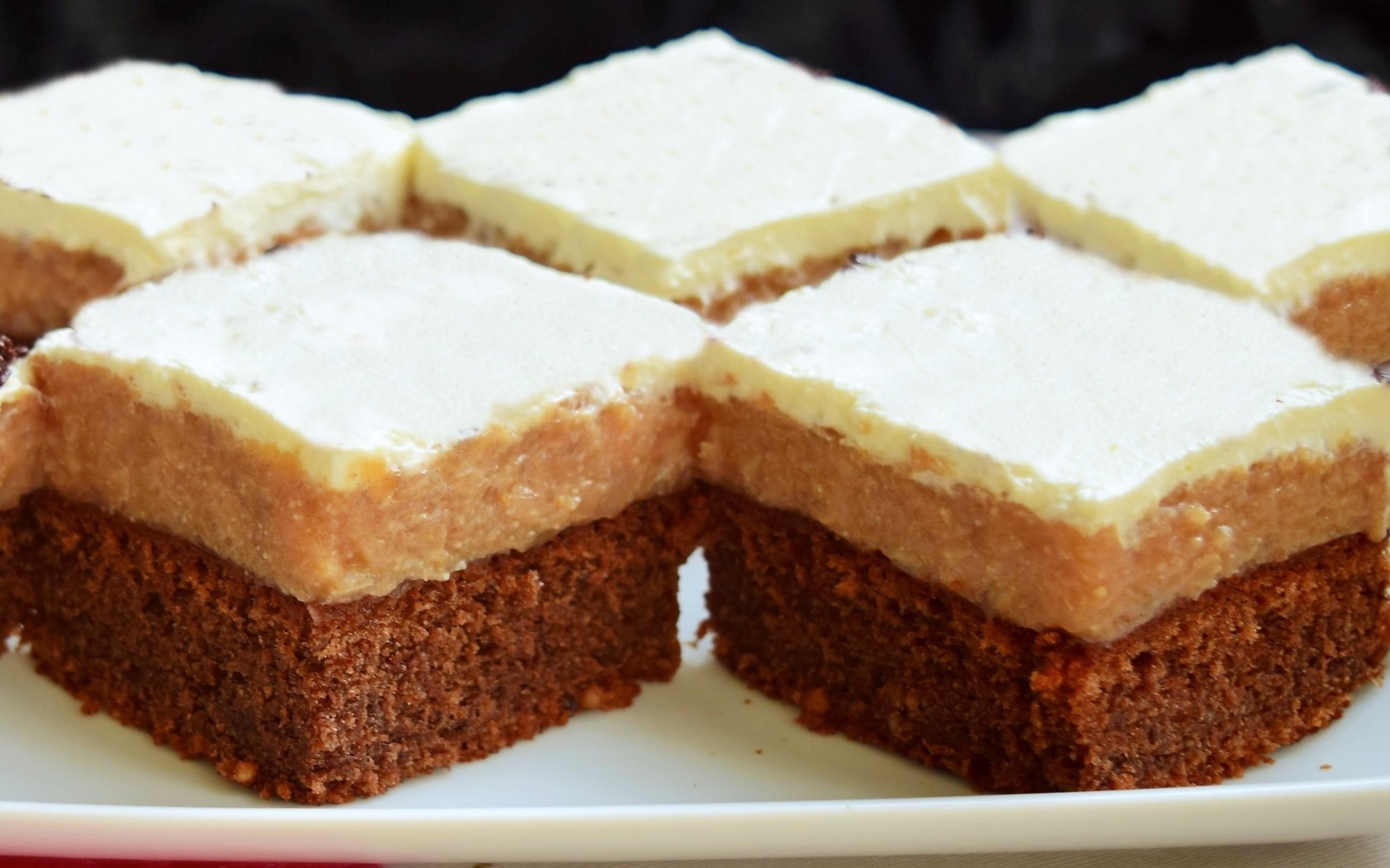 Brownie cu mere caramelizate și frișcă vanilată. Un desert delicios ce cucerește orice pofticios!