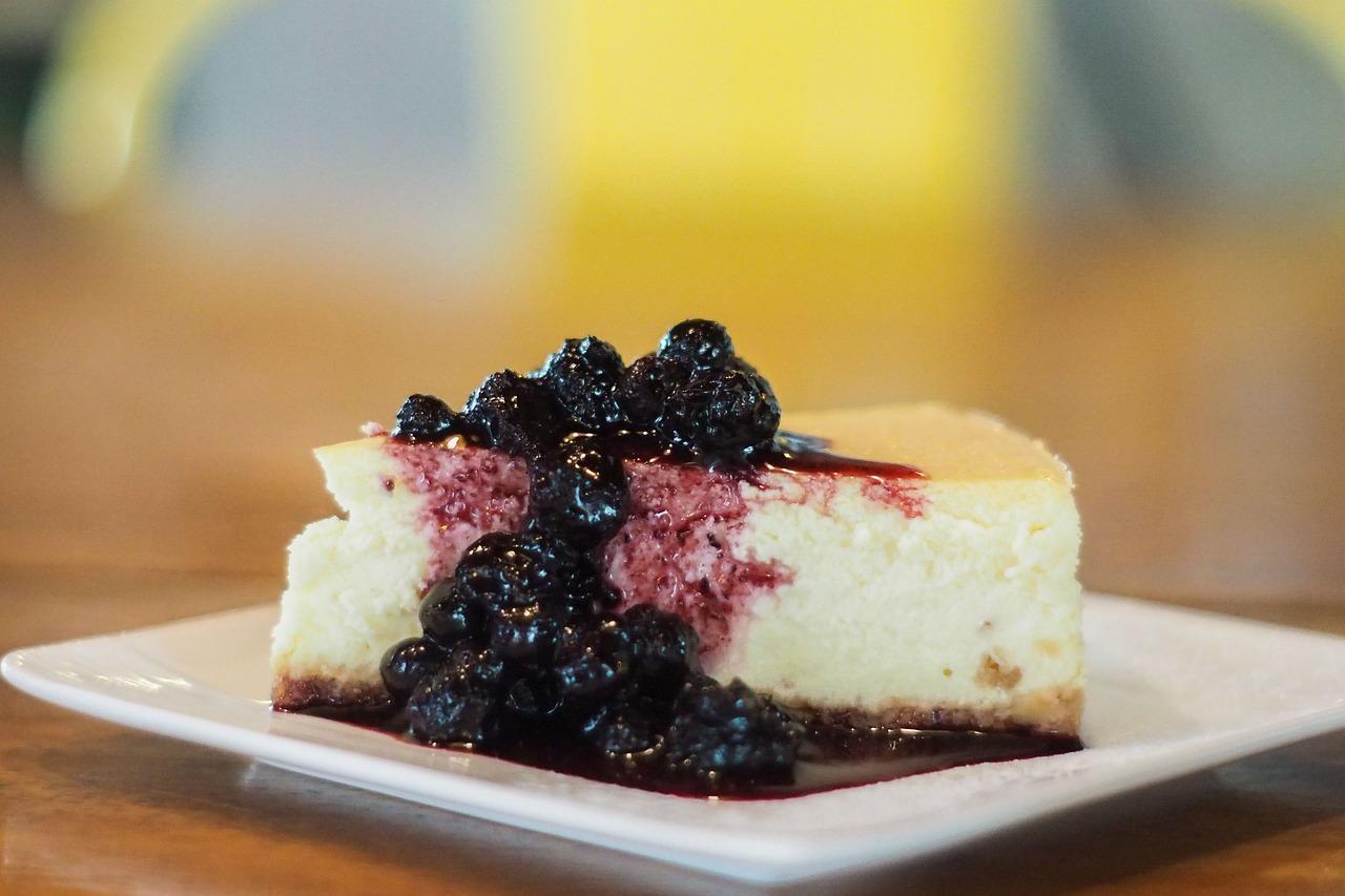 Desert simplu și delicios: Cheesecake cu ciocolată albă, servit cu dulceață de cireșe amare