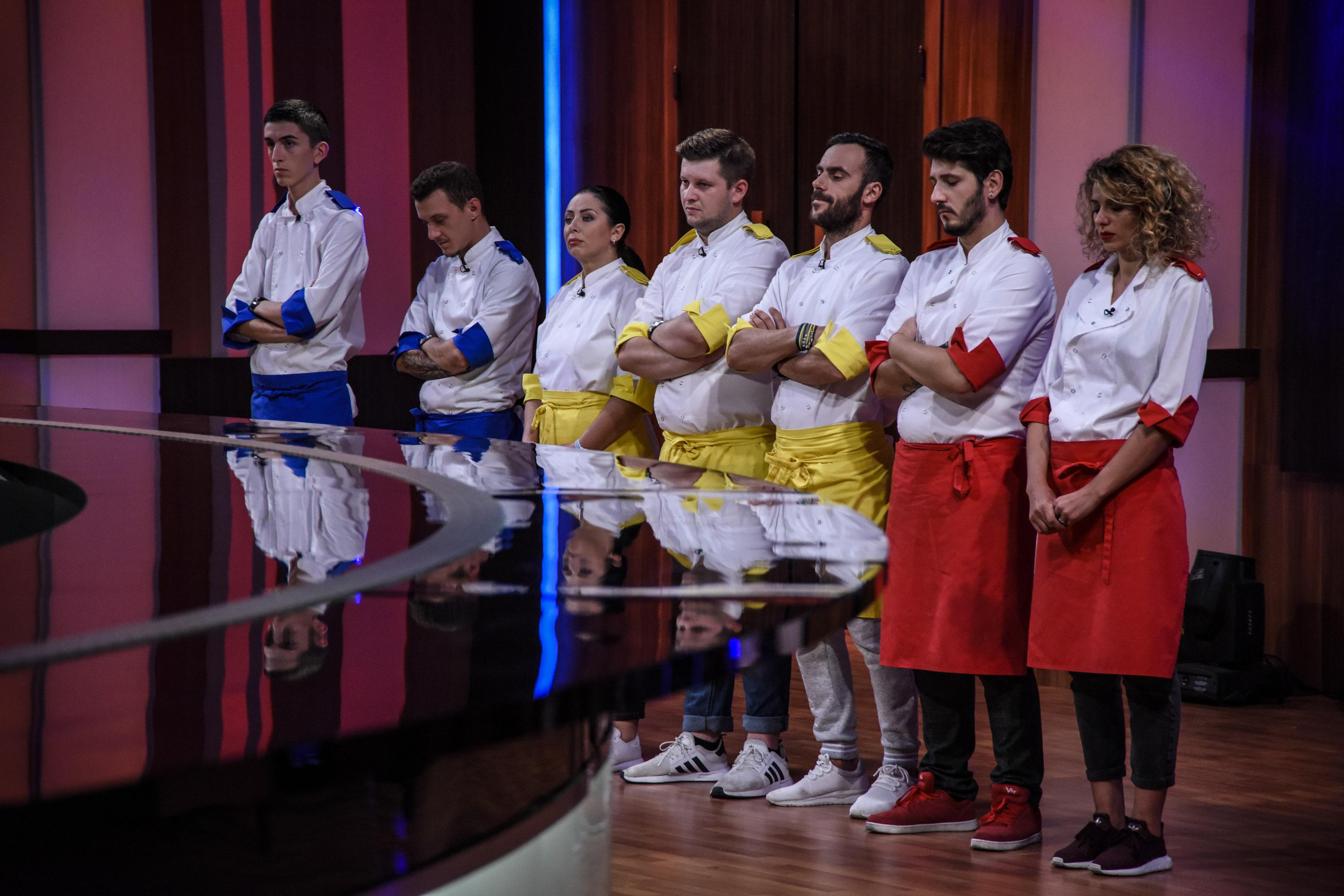 """S-a DECIS! Un concurent a părăsit competiția! Aceștia sunt bucătarii care merg în semifinala """"Chefi la cuțite""""!"""