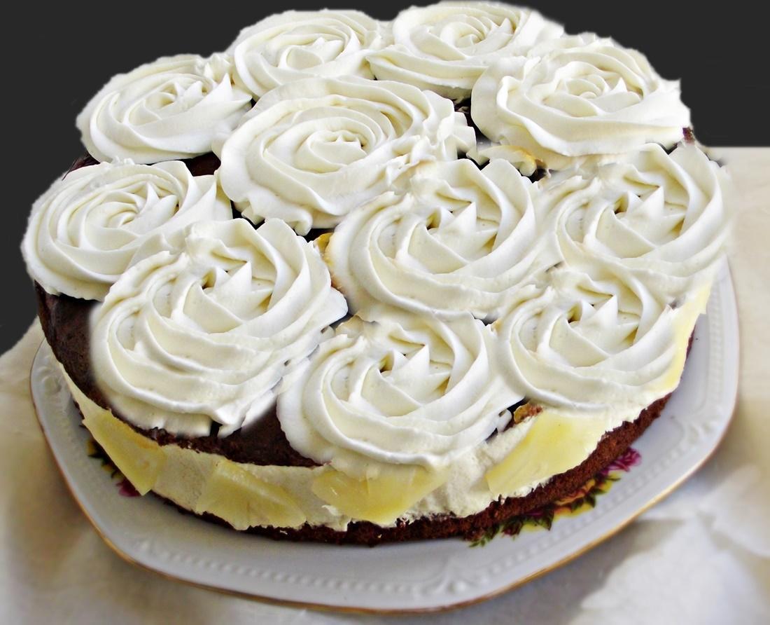 Tort cu cremă diplomat și blat cu cacao, însiropat. Un tort perfect pentru o aniversare sau o sărbătoare.