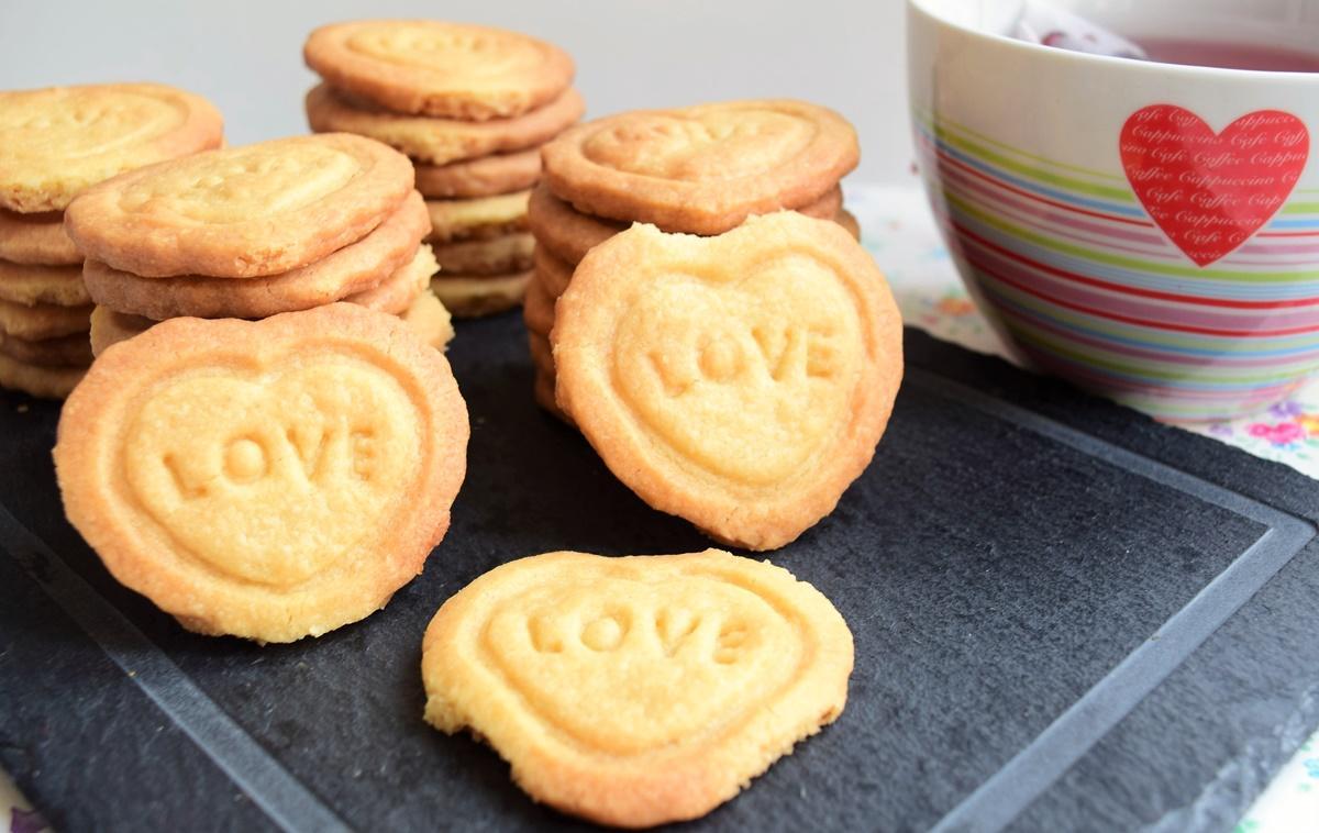 Biscuiți în formă de inimioară, pentru a sărbători iubirea