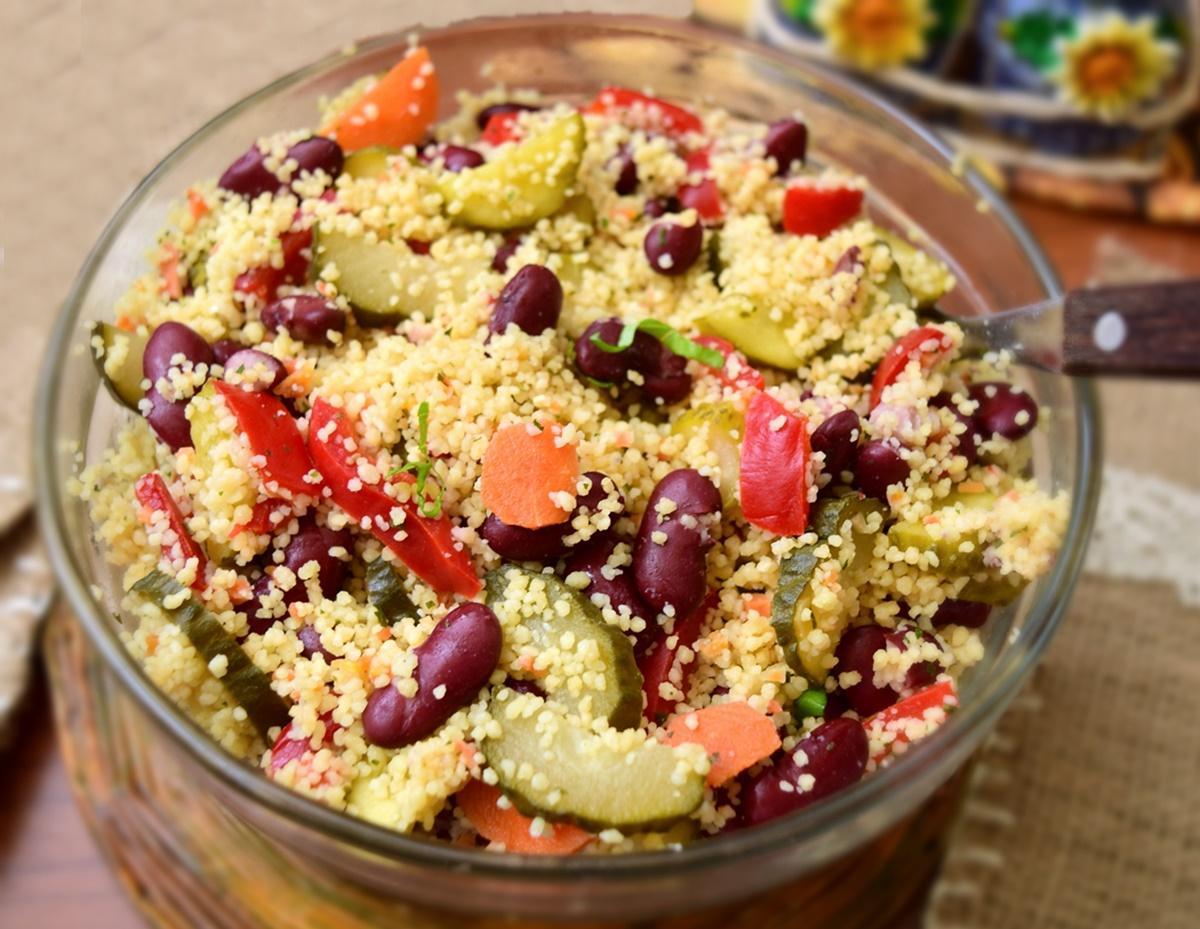 Rețetă de post. Salată de fasole roșie cu murături și cuscus