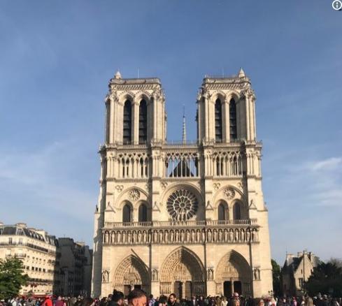 Cine este bărbatul care apare în fotografia virală de la Notre Dame? Sute de mii de oameni au pus umărul la găsirea lui