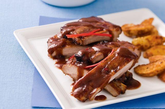 Coaste de porc cu sos barbeque și cartofi crocanți! Un deliciu gata în doar 20 de minute!