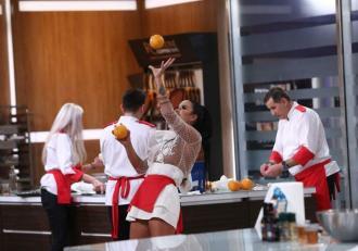 Daniela Crudu, pe tocuri și fără sutien în bucătăria Chefi la cuțite! Reacția incredibilă a lui Chef Cătălin Scărlătescu