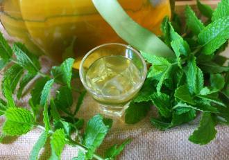 Lichior de mentă preparat în casă. Băutură puternic aromată, cu efecte benefice.