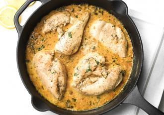 Piept de pui cu sos delicios de usturoi cu lămâie! Rețeta e gata în doar 20 de minute!