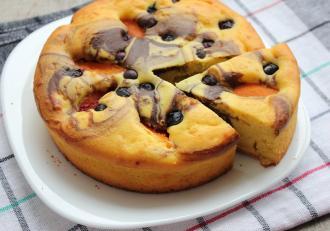Cum preparăm un delicios desert cu fructe de sezon. Prăjitură cu afine și caise.