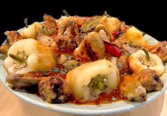 Rețetă de Aripioare cu sos de roșii și ardei copți. O combinație pe care o vei adora!