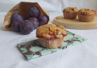 Muffins cu iaurt și prune, aromate cu scorțișoară. Un desert cu fructe, delicios.