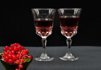 Rețeta Lichior de coacăze roșii. O băutură digestivă, aromată și frumos colorată.