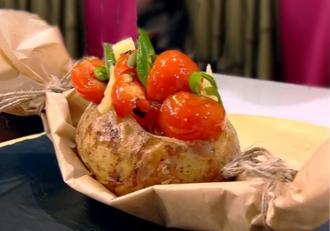 Cartofi la cuptor,  umpluți cu brânzeturi și roșii cherry. O garnitură perfectă lângă orice friptură!