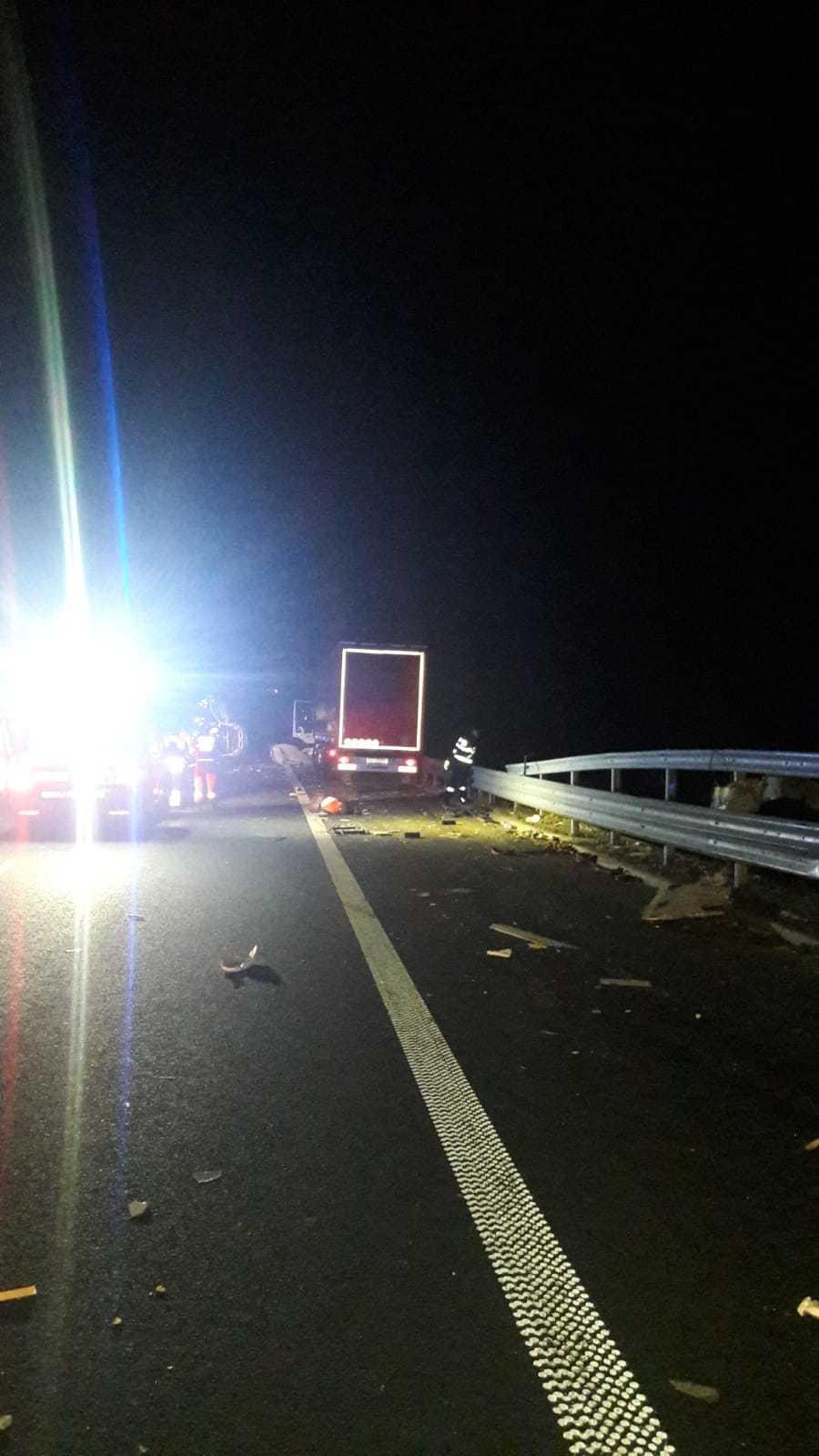 Doi bărbaţi au fost loviţi mortal de un autotren, pe Autostrada A1 Lugoj-Deva, în timp ce reparau o maşină. Traficul rutier este deviat