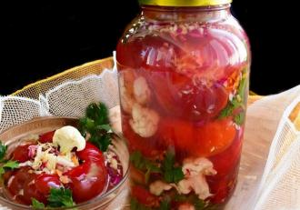 Conserve pentru iarnă. Gogoșari umpluți cu salată de varză la borcan
