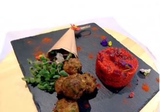 Chifteluțe cu garnitură de sfeclă roșie cu mere și cușcuș. O combinație de preparate care cucerește instant!