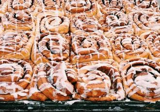 Cum preparăm celebrele Cinnamon Rolls? Rețetă de rulouri cu scorțișoară și glazură albă.