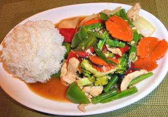 Cum să mai gătim carnea de pui pentru un gust deosebit? Încercăm rețeta Pui în stil Thai cu legume și orez.