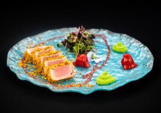 Rețetă de ton în crustă de polen cu piure de mazăre și salată cu vinegreta de zmeură