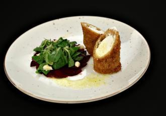 Caș crocant cu carpaccio de sfeclă și cremă de hrean cu salată valeriană