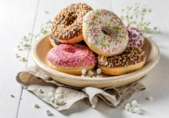Rețetă de mărțișor: Donuts - Gogoși americane glazurate, perfecte pentru a fi oferite drept mărțișoare dulci.