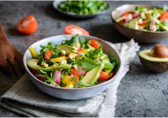 Salată de rucola cu avocado și legume asortate. O salată de primăvară plină de culoare și savoare