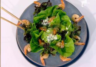 Rețetă simplă, dar delicioasă de salată verde cu creveți și sos de iaurt - Rețeta lui Vlăduț