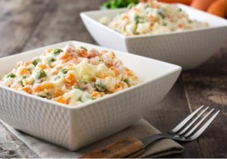 Salată de legume cu maioneză și iaurt. O variantă mai lejeră a clasicei salate de boeuf