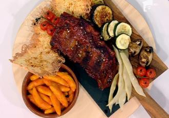 Coaste de porc afumate, cu paste în sos de roșii și legume asortate- Reţeta lui Vlăduţ: