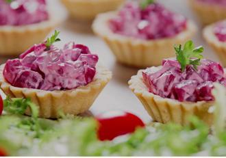 Mini tarte aperitiv cu sfeclă roșie și cremă de brânză