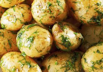Cartofi noi la cuptor. Rețetă simplă cu mărar și usturoi