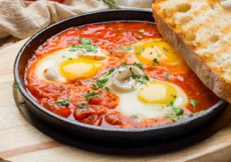 Shakshuka. Rețetă de ouă poșate în sos de roșii